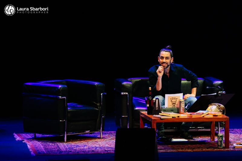 Il Salotto Bukowski in scena all'Auditorium – Poesie, musica e teatro per un viaggio introspettivo