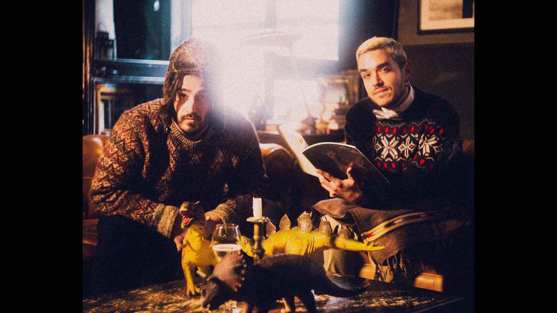 Amò: una canzone di Natale senza peli sulla lingua